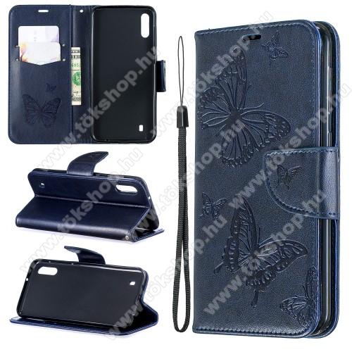 Notesz / mappa tok - GRAVÍROZOTT PILLANGÓ MINTÁS - KÉK - oldalra nyíló, rejtett mágneses záródás, belső zseb, asztali tartó funkció, szilikon belső - SAMSUNG SM-M105F Galaxy M10 / SAMSUNG SM-A105F Galaxy A10