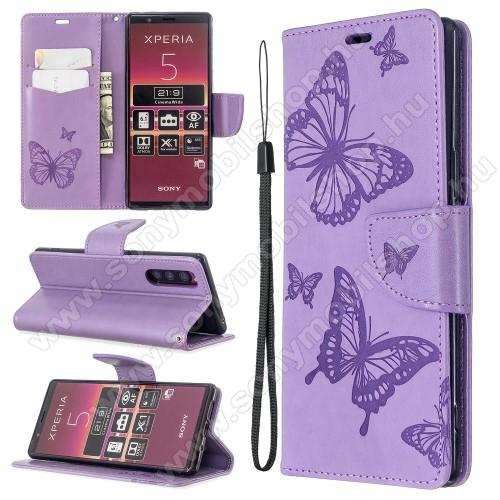 Notesz / mappa tok - LILA - GRAVÍROZOTT PILLANGÓ MINTÁS - oldalra nyíló, rejtett mágneses záródás, belső zseb, asztali tartó funkció, szilikon belső - Sony Xperia 5