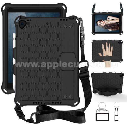 OTT! HONEYCOMB műanyag védő tok / hátlap - szilikon betétes, kitámasztható, csuklópánt, hevederrel - ERŐS VÉDELEM! - FEKETE - APPLE iPad 10.2 (7th Generation) (2019) / APPLE iPad Pro 10.5 (2017) / APPLE iPad Air (2019)
